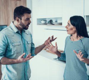 ein paar streiten sich in der küche