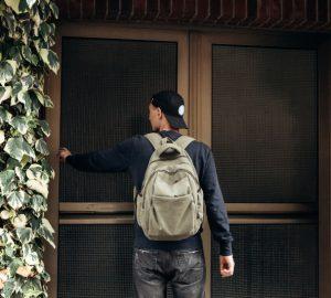 Ein Mann klopft an die Tür