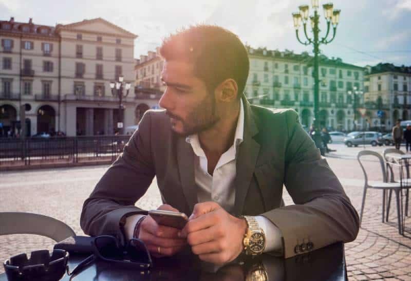 Der Mann in der Abteilung sitzt in einem Straßencafé