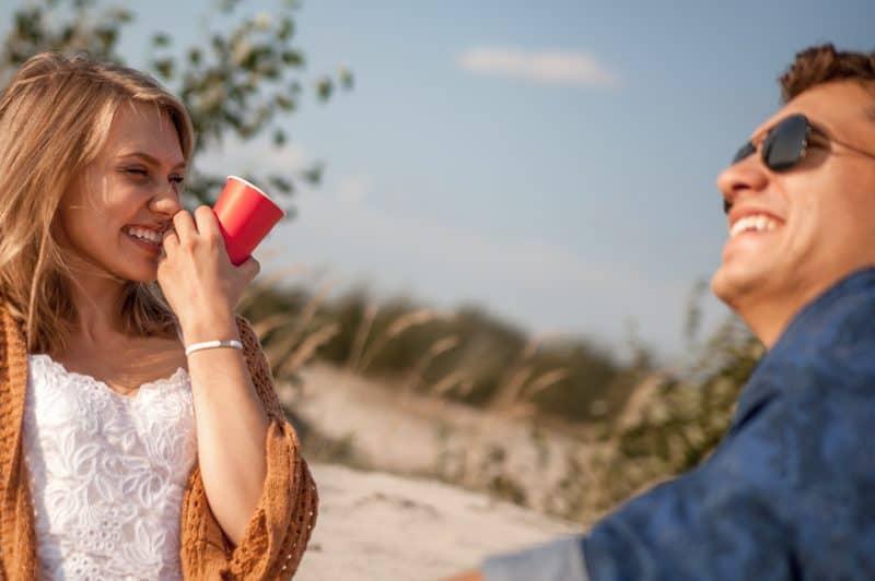 Der Mann und die Frau sitzen und lachen