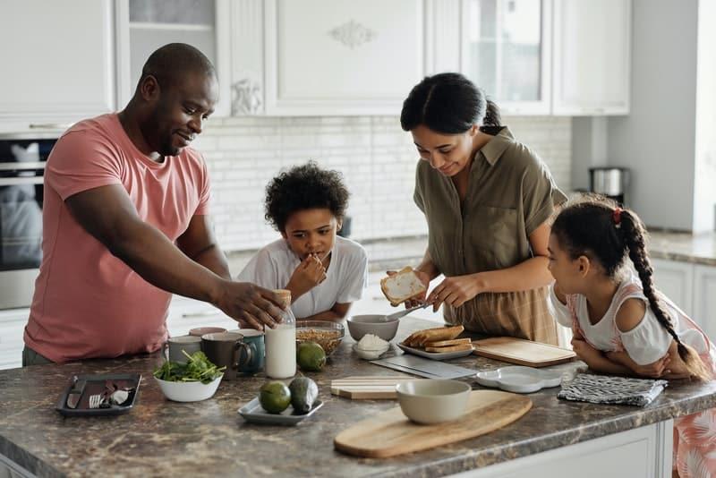 Die Familie frühstückt in der Küche