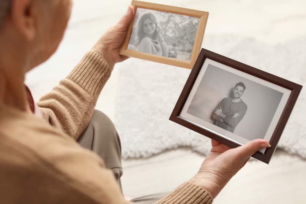 Die Frau sitzt und schaut sich die Bilder an
