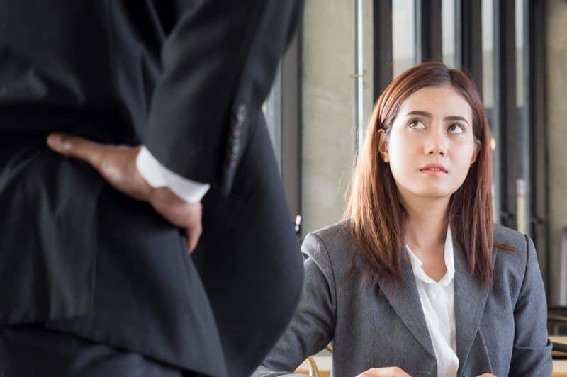 Die Frau sitzt verwirrt neben dem Mann
