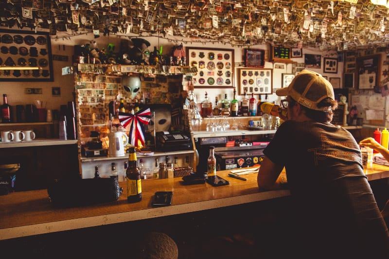 Ein Mann sitzt an einer Bar und trinkt