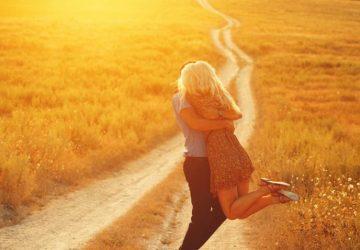 Ein Mädchen und ein Mann umarmen sich auf der Wiese