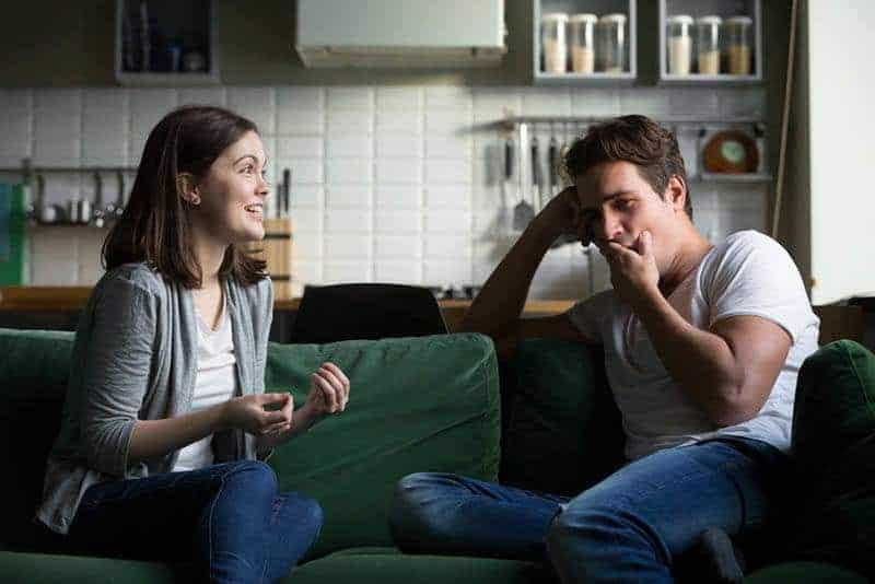 Ein Mann, der eine Frau beim Sprechen ignoriert