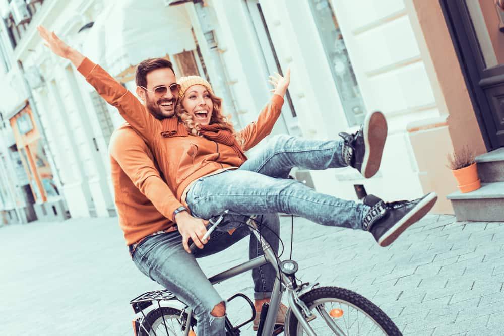 Ein Mann fährt eine Frau mit dem Fahrrad