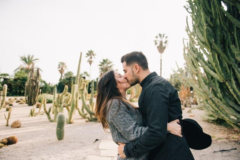 Ein Mann küsst eine Frau