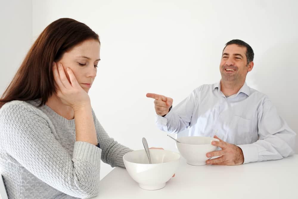 Ein Mann lacht über eine Frau
