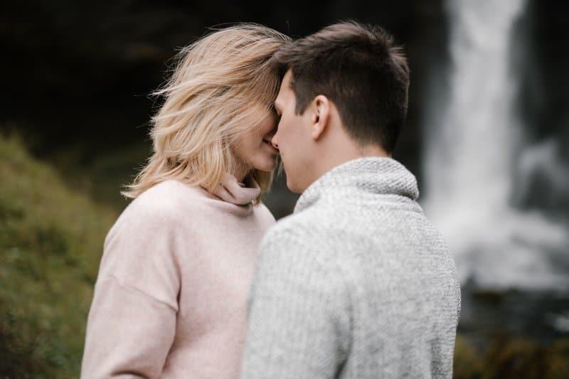 Ein Mann liebt eine Frau