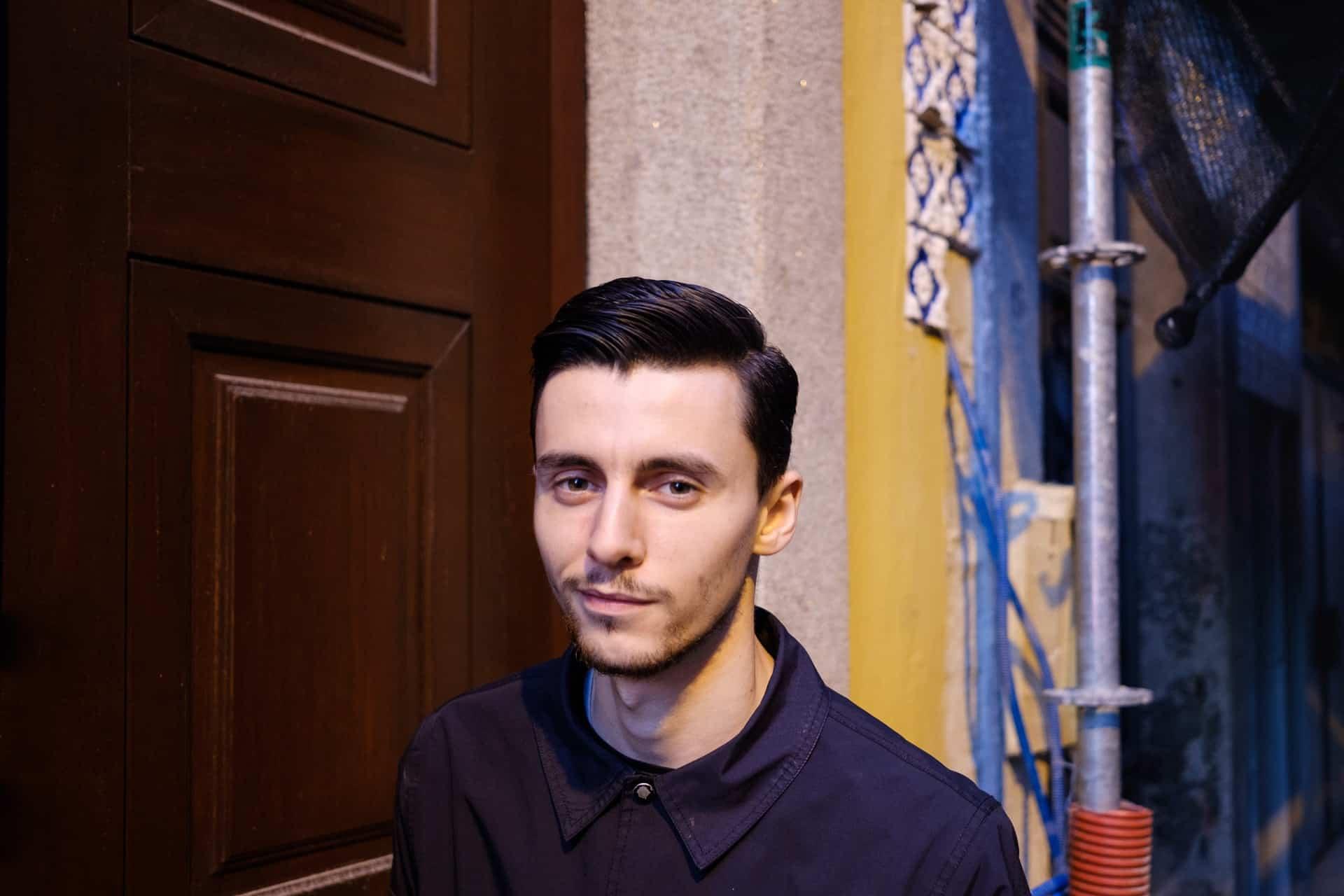 Ein Mann steht an der Tür