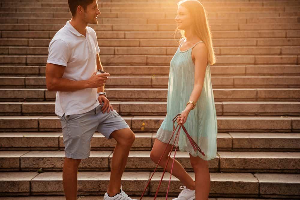 Ein Mann und eine Frau auf der Treppe stehen und reden