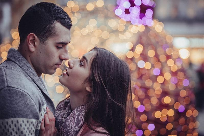 Ein Mann und eine Frau sehen sich an, um sich zu küssen