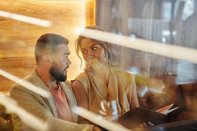 Ein Mann und eine Frau sehen sich im Restaurant an