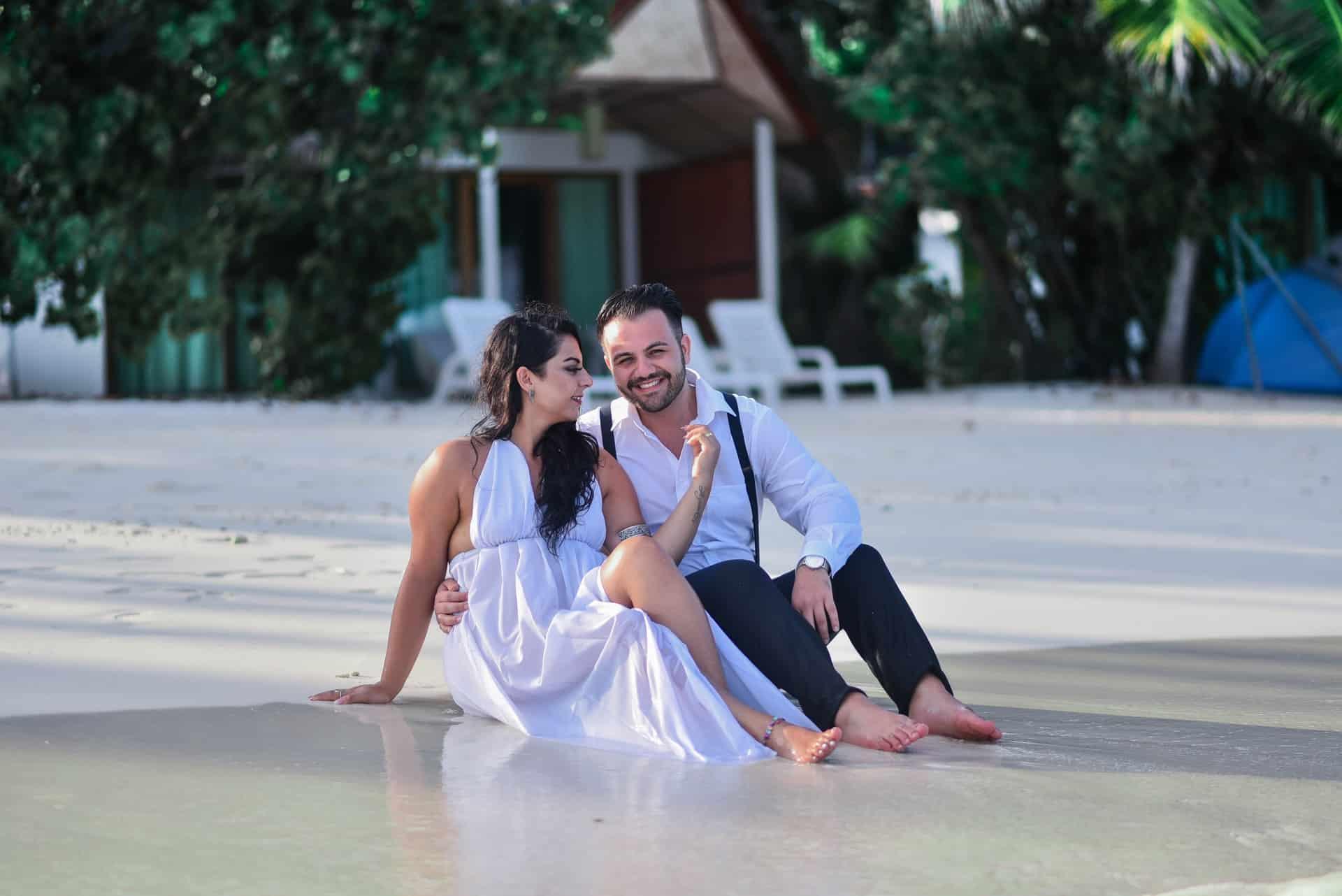 Ein Mann und eine Frau sitzen am Strand