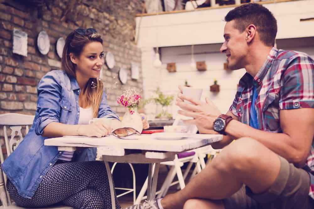 Ein Mann und eine Frau sitzen an einem Tisch und reden