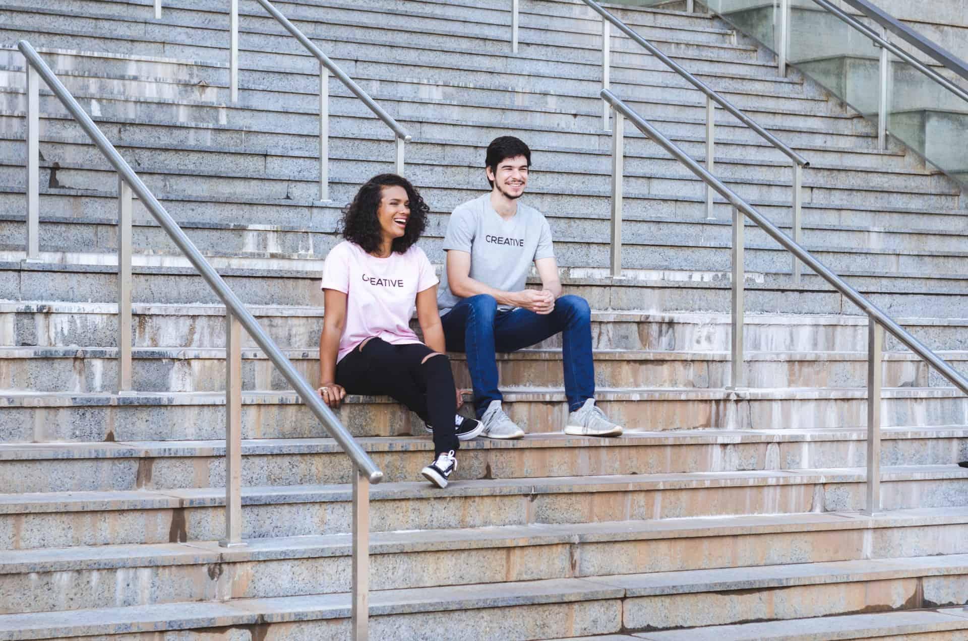 Ein Mann und eine Frau sitzen auf der Treppe