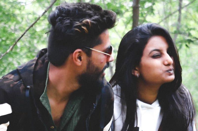 Ein Mann und eine Frau sitzen auf einem Baum und lachen