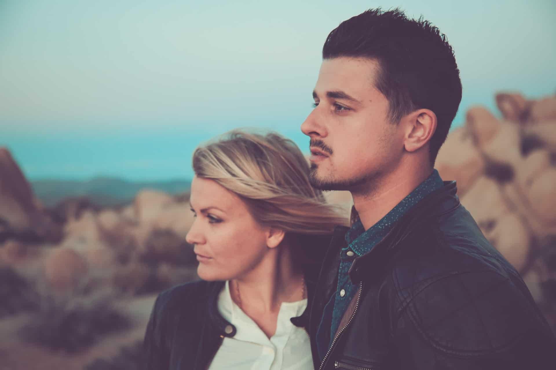 Ein Mann und eine Frau stehen da und schauen in die Ferne