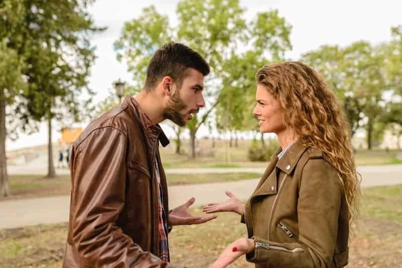 Ein Mann und eine Frau streiten sich im Park