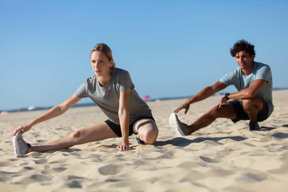 Ein Mann und eine Frau trainieren am Strand