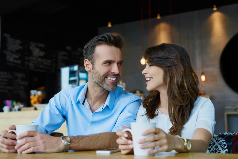 Ein Mann und eine Frau trinken Kaffee und lachen