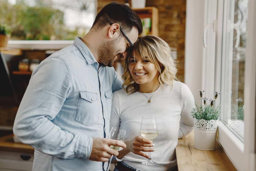 Ein Mann und eine Frau trinken Wein