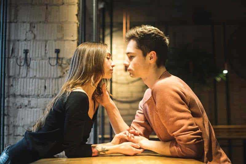 Ein Mann versucht ein Mädchen zu küssen