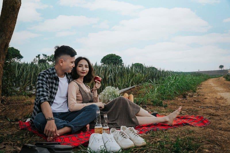 Ein liebevolles Paar genießt ein Picknick in der Natur