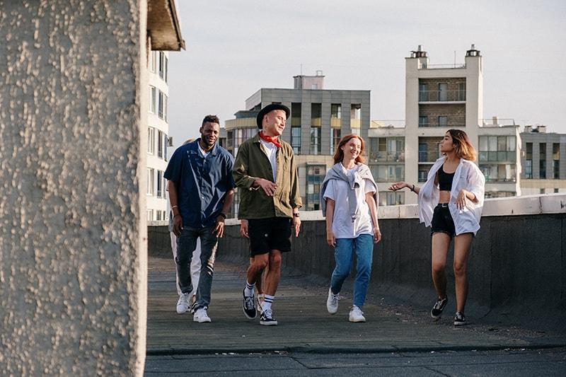 Eine Gruppe von Freunden geht auf das Dach und redet