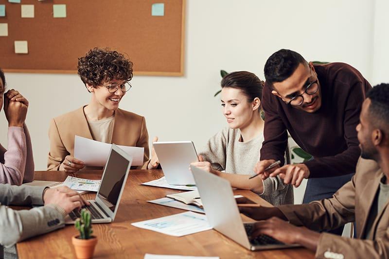 Eine Gruppe von Kollegen bespricht die gemeinsame Arbeit auf dem Treffen