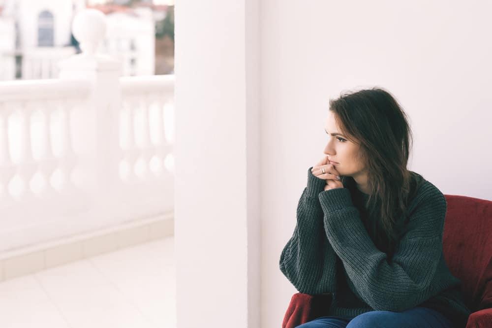 Eine imaginäre Frau sitzt auf einem Stuhl