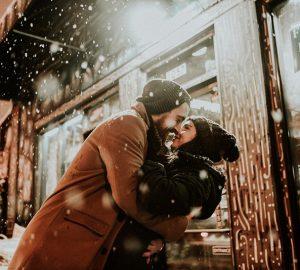 Ein Mann hält eine Frau um die Taille und will sie küssen