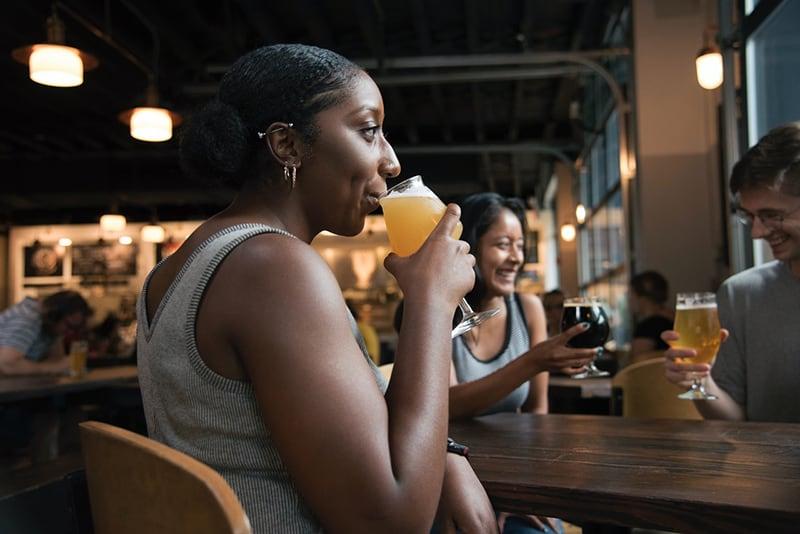 Freunde trinken Bier in der Kneipe