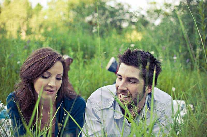 Glückspaar, das im Gras liegt