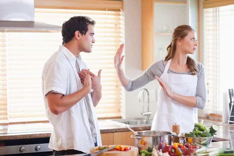 Mann-streiten-mit-Frau-in-der-Küche