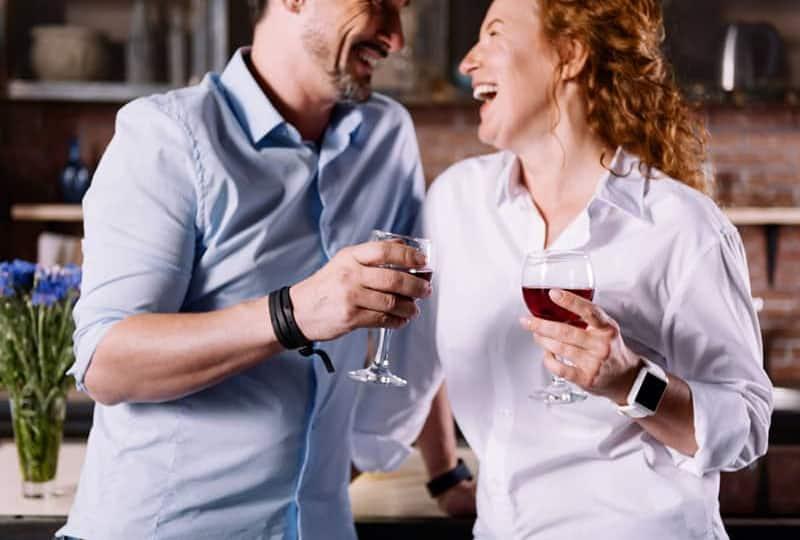 Mann und Frau rösten mit einem Getränk