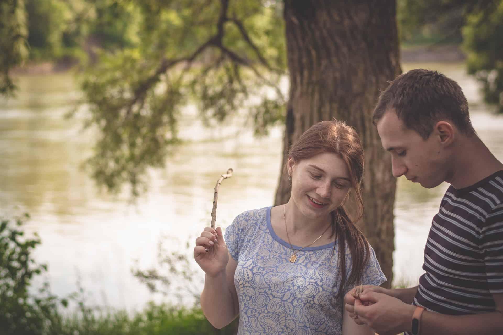 Mann und Frau stehen in der Natur