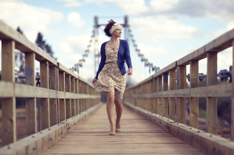 ein Mädchen über eine Brücke
