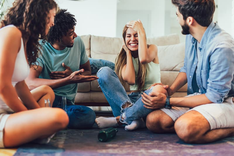 """Gruppe von Freunden, die """"Wahrheit oder Pflicht"""" -Spiel spielen und Spaß haben"""