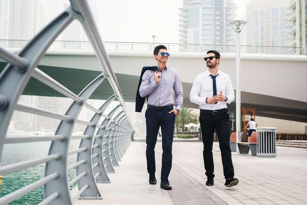 Zwei Freunde gehen die Straße entlang