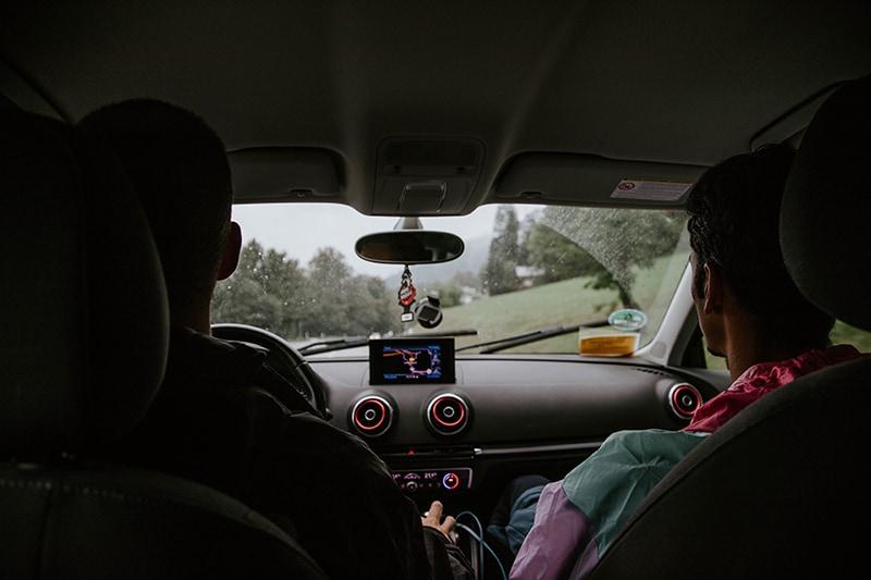 Zwei Mann im Fahrzeug auf der Straße