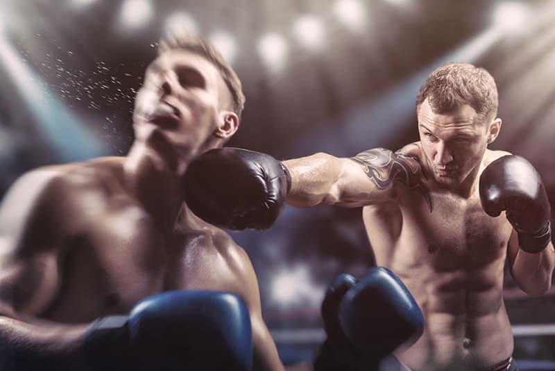 Zwei professionelle Boxer kämpfen im Ring
