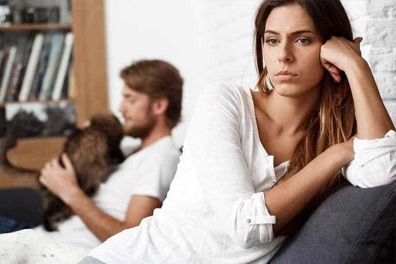 besorgtes Mädchen und Mann, die fernsehen