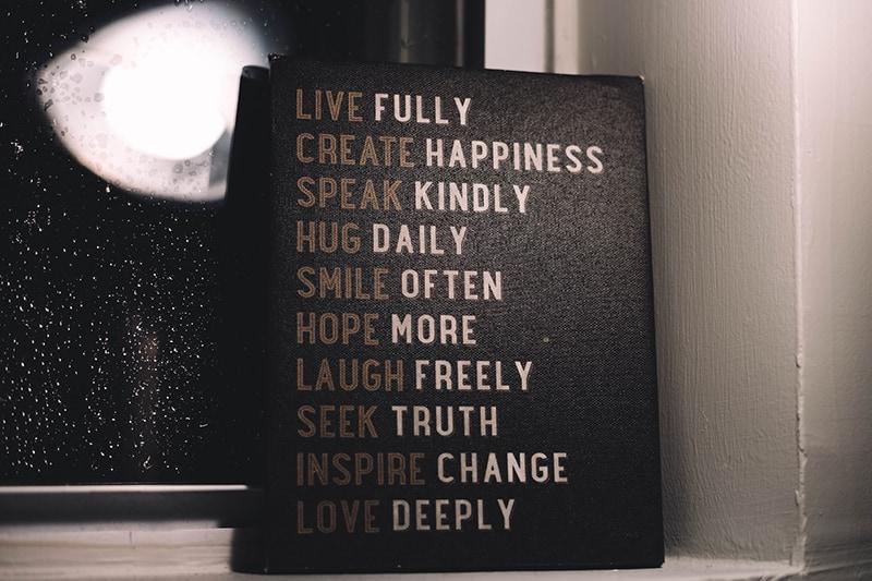 ein Bild mit motivierenden Zitaten am Fenster