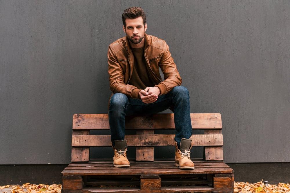 ein Mann sitzt auf einer Bank