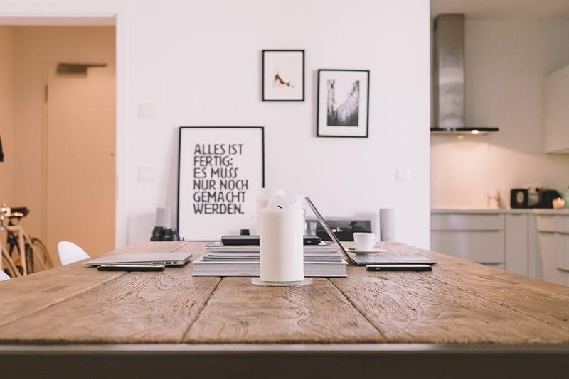 ein Rahmen mit einem Motivationszitat an der Wand im Esszimmer