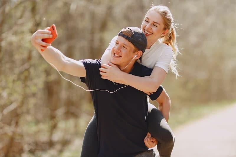 ein lächelndes liebendes Paar, das ein Selfie-Foto macht