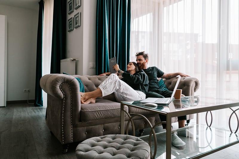 Ein liebevolles Paar kuschelt sich auf die Couch, während es sich ausruht