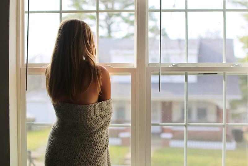 Eine Frau stand am Fenster und dachte nach